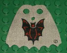 LEGO 6097 - Minifig, Cape Cloth, Scalloped 6 Points w/ Bat Pattern - Light Gray