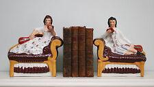 Une belle paire de gisant Staffordshire figures sur deux chaises longues
