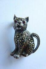 """Dekorative Brosche in Silber """"Katze"""" mit Markasite und Granataugen"""