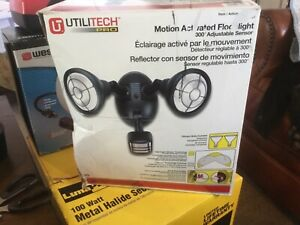 UTILITECH Wireless Motion Activated 300 Degree 2-Head Security Flood Light - NEW