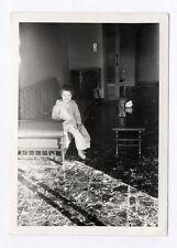 PHOTO ANCIENNE Snapshot Poste Télé Télévision TV Enfant Canapé Rire Vers 1960
