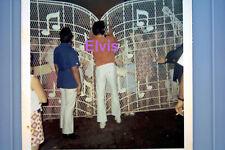 ELVIS PRESLEY AT GRACELAND GATES WITH FANS ORIGINAL VTG OLD KODAK PHOTO CANDID