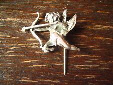 reizende antike Brosche Krawattennadel Engel Putto Amor Eros Bogen 800er Silber