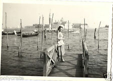 Portrait femme lagune de Venise gondoles Italie - Photo ancienne an. 1950