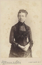 CABINET CARD PHOTO OF VERY WELL-DRESSED WOMAN W/ LIGHT EYES - NEW YORK CITY, NY