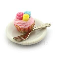 Miniatura Fondant 3 Rosa Cupcake en una taza de papel rosado en una placa con un tenedor