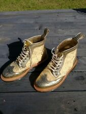 Dr Martens Surya Hecho en Inglaterra, Oro Metálica En Cuero Y Seda Brogue Boot