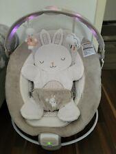 Ingenuity Twinkle Tail Babywippe Hase mit Vibrationen Lichtern Melodien.