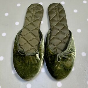 Banana Republic Peridot Green Velvet Quilted Mule Slippers. Size 5 (US 7)