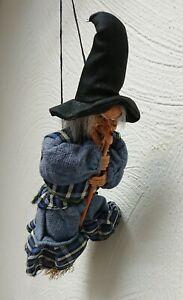 Hexe auf Besen zum aufhängen 23 cm - Flughexe Flugbesen Dekohexe Halloween
