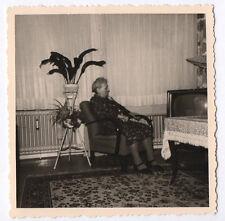 PHOTO ANCIENNE Snapshot Poste Télé Télévision TV Vieille Femme Assise Vers 1960