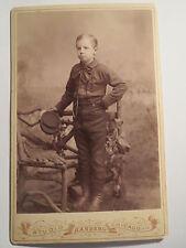 Chicago - Illinois - USA - stehender Junge in Hemd Hose Stiefel - Portrait / KAB