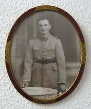 Cadre photo ancien à pendre, ovale, laqué, rouge veiné et dorures, militaire ww1