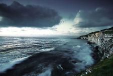 Encadrée Imprimer-blanc bord de falaise avec l'océan orageux foncé (Photo Poster art)