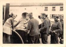 Mädchen an der Wehrmacht Feldküche