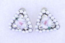 Blanco y rosa centro rosa pendientes Rodeado by cristales y diminuto perlas