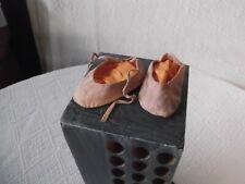 Paire de chaussons/chaussures pour poupée ancienne, début XXème siècle