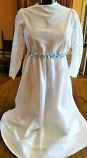 Robe ancienne de jeune fille en coton blanc et ceinture en soie bleue