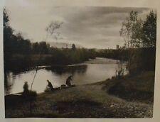Grande Photographie Ancienne Sépia - Lac et Lavoir aux Abords du Village - 1900