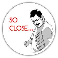 Tan cerca / Meme pegatina 85x85mm Freddie Mercury