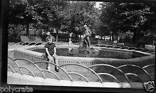 Portrait garçon assis fontaine parc - négatif photo ancien an. 1940