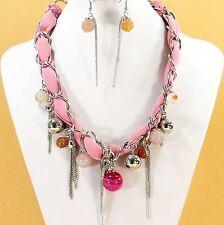 Parure, boucles d'oreilles, collier perles, chaînes étoffe rose bijoux fantaisie