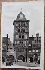AK 1930: Lübeck Burgtor Oldtimer Auto Kutsche Pferde Fuhrwerk