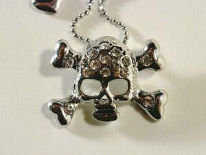 Halskette: kleiner Schädel und Knochen mit Kristallen