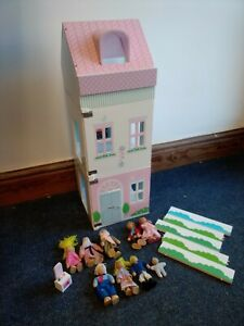 Early Learning Centre Rosebud Wooden Townhouse Dolls House + 9 figures T914