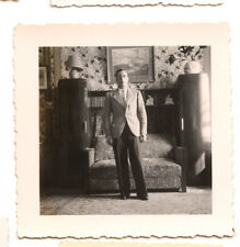 Homme debout salon fauteuil - photo ancienne amateur an. 1940