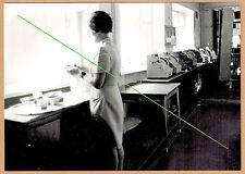 Photo 18 x 13 vintage femme serveuse caisses enregistreuses 1976 gd034