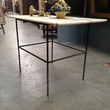 table rectangulaire piétement fonte de fer dessus marbre veinée . XX siècle .