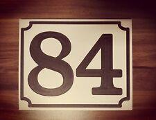 Haus Nummer 84 Schild