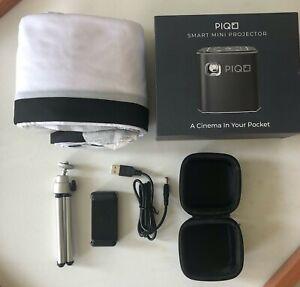Piqo Mini Projektor + Bundle Stoff Schirm, Stativ, USB Kabel, Tragetasche, Halterung