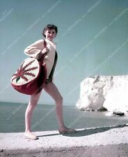 8b20-4548 beautiful Audrey Hepburn heads out for a day at the beach 8b20-4548
