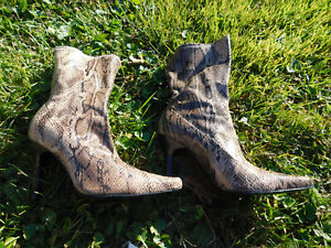Enzo Angiolino Snakeskin Pattern tan Brown Shiny High Heel Pointed Boots sz 8