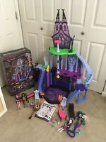 DISCONTINUED Monster High Freaky Fusion Catacombs Playset  / House + 5 Doll Lot