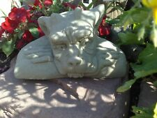 Gargoyle Hund liegend klein Kunst Sandstein Antik Look Steinguß H 50 ROT