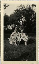PHOTO ANCIENNE - VINTAGE SNAPSHOT - COUPLE MARIAGE BOUQUET FLEUR AMOUREUX JARDIN