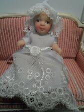 Niedliches Baby im Taufkleid Porzellan 1:12  Puppenhaus Miniatur Puppenstube