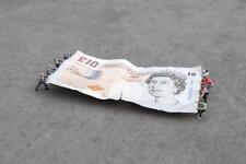 Menta Slinkachu conditin tira y afloja-Banco de Inglaterra-banqueros V. nosotros a un Firmado