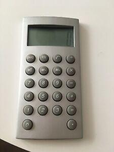 calculette de poche argentée 9,5 x 5 cmfonctionne avec pile alkaline