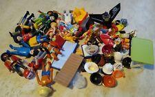 lot de playmobil (20 personnages et une cinquantaine de pièces diverses)