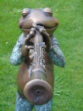 grenouille a la clarinette en bronze , jet d eau , statue d une grenouille pat