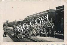 Foto WK 2 Soldaten Gruppenbild vor Bahnwagon Verladung Polen B 1.24