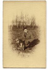 Jeune homme assis avec chien - photo ancienne 1926