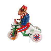 Scimmia del circo a carica retrò in sella a un giocattolo di latta a orologeria