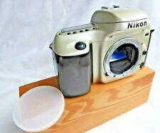 Nikon F 50 or/corps noir 35 mm film camera. construit en Flash & film Motor Wind