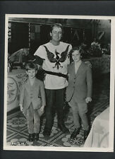 ALAN LADD WITH HIS CHILDREN CANDID - 1954 IN COSTUME ON SET OF THE BLACK KNIGHT