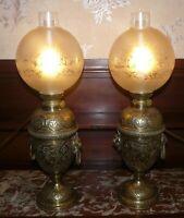 PAIRE DE LAMPE ELECTRIFIE EN LAITON CISELE, BRONZE ET TETE DE LION